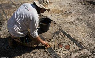 Un archéologue en pleine découverte de la mosaïque d'Uzès.