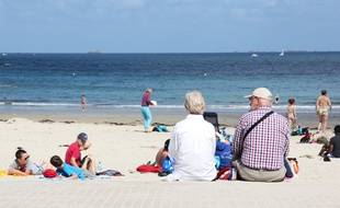 Un couple de retraités assis au bord de la plage à Dinard.
