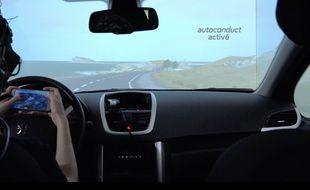 Dans le simulateur de voiture autonome du Laboratoire de psychologie et ergonomie cognitive de l'université Jean-Jaurès de Toulouse.