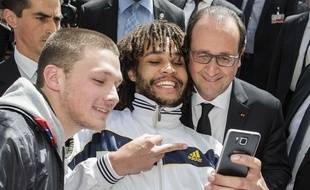 François Hollande prend la pose pour un selfie à Berne, en Suisse, le 15 avril 2015.