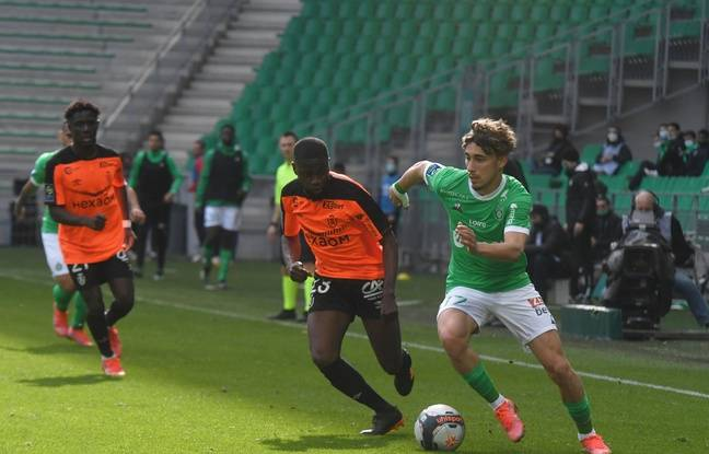 Le milieu de terrain formé au PSG Adil Aouchiche réalise une première saison dans l'élite mitigée avec l'ASSE.