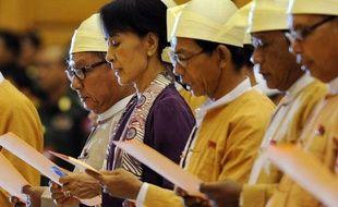 La lauréate du prix Nobel de la paix Aung San Suu Kyi a prêté serment mercredi devant le Parlement birman, un instant aussi bref qu'historique à l'issue duquel elle a endossé son premier mandat électoral, après deux décennies d'âpre lutte politique.