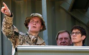 La ministre allemande de la Défense Annegret Kramp-Karrenbauer au côté d'un soldat allemand en Irak, en août 2019.