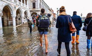 Des touristes à Venise lors d'une inondation exceptionnelle, le 13 novembre 2019.