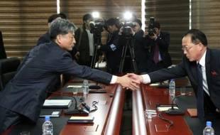 Le vice-ministre sud-coréen de l'unification Hwang Boo-Gi (à gauche) le 11 décembre 2015