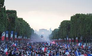 Les Champs-Elysées se sont remplis en quelques minutes après le coup de sifflet final pour célèbrer la victoire de l'équipe de France.