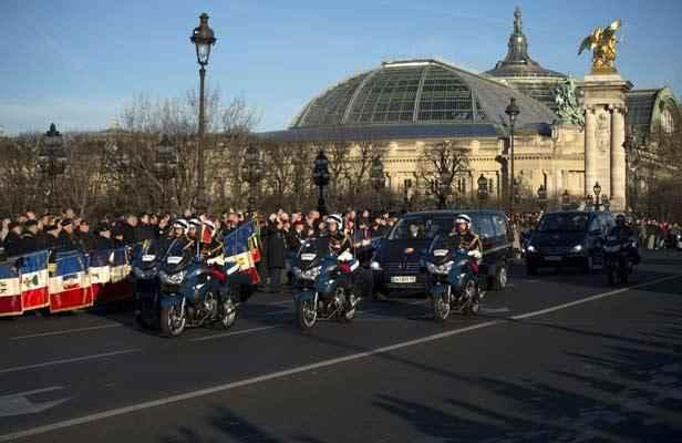Soldats tu s en centrafrique un hommage rendu sur le pont alexandre iii - Les deux minutes du peuple le salon funeraire ...