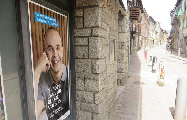 Une publicité en catalan pour une banque avec Andres Iniesta (FC Barcelone et Espagne) dans les rues de Llívia.