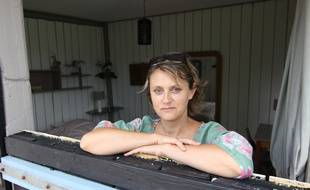 Catherine Saint-James dans l'un des boxes à chevaux transformé en gîte.