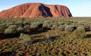 Pour la première fois, un drone a été autorisé à survoler le Mont Uluru (Australie), pour en livrer des images inédites.