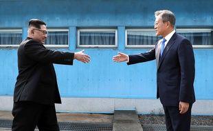 Kim Jong Un et le président sud-coréen Moon Jae-in ont tenu vendredi 27 avril 2018 un sommet historique après une poignée de main hautement symbolique sur la Ligne de démarcation militaire qui divise la péninsule.