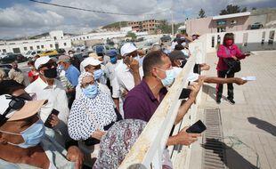 Des personnes âgées attendent de se faire vacciner contre le COVID-19 à Tunis le 17 juillet 2021.