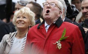 Jean-Marie, président d'honneur du Front national, chante lors du rassemblement du parti d'extrême-droite, le 1er mai 2015 à Paris, au pied de la statue de Jeanne d'Arc.