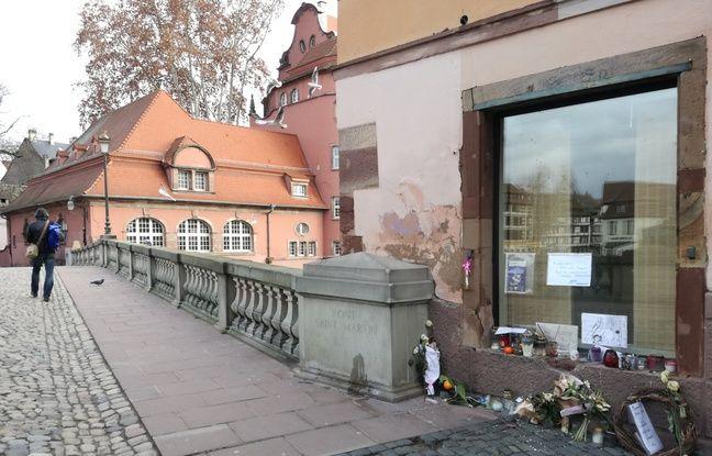 Sur le pont Saint-Martin où est décédé un touriste thaïlandais, quelques fleurs et des mots restent en hommage, bientôt un mois après l'attentat de Strasbourg.