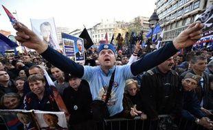 Des supporters de l'ultranationaliste serbe Vojislav Seselj lors d'une manifestation à Belgrade pour dénoncer l'orientation pro-européenne du pouvoir en place