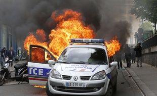 """Une voiture de police a été incendiée par des contre-manifestants en marge d'un rassemblement contre la """"haine anti-flics"""" le 17 mai 2016, à Paris."""