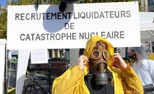 """Environ 300 militants anti-nucléaire membres du réseau """"Sortir du nucléaire"""" se sont rassemblés dans le centre de Lyon samedi pour simuler des décontaminations de """"réfugiés"""" et alerter la population à propos des dangers de l'atome, a constaté une journaliste de l'AFP."""