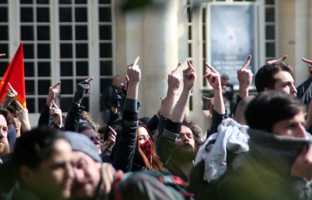 Plusieurs centaines de personnes ont fait face à une vingtaine de policiers. - C. Allain / APEI / 20 Minutes