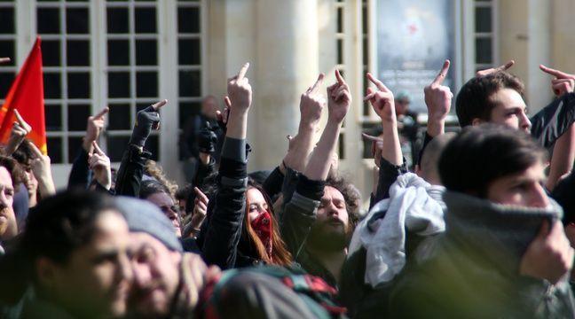 Plusieurs centaines de personnes ont fait face à une vingtaine de policiers. – C. Allain / APEI / 20 Minutes