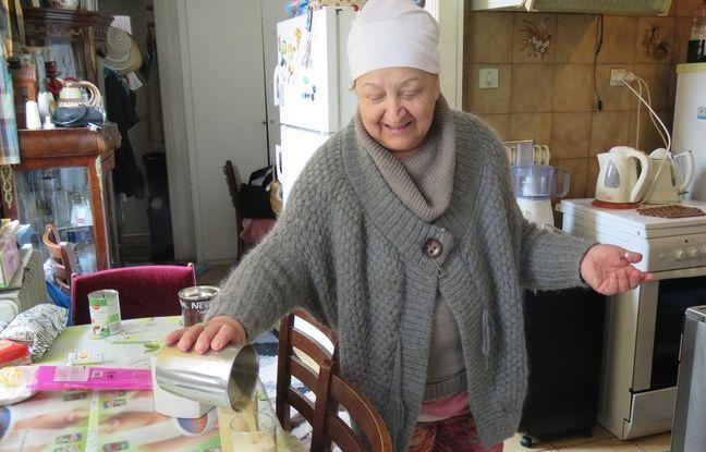 À 65 ans, Effrosyni, infirmière à la retraite, accueille depuis un an des réfugiés dans son appartement à Athènes.