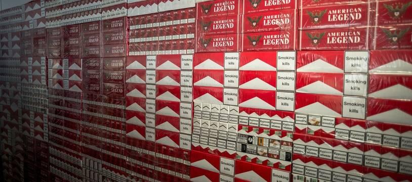 Des cartouches de cigarettes de contrebande. Illustration.