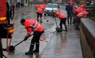 Des équipes nettoient les rues de Trèbes, inondées, le 16 octobre 2018.
