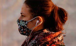 Une femme portant un masque (illustration).
