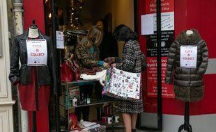 En attendant, des petits commerçants ont mis en place le Click  & Collect, comme ici à Rueil-Malmaison, dans les Hauts-de-Seine.
