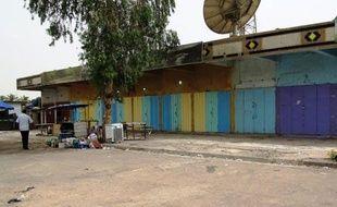 Des assaillants armés ont ouvert le feu samedi sur des commerces vendant des boissons alcoolisées à Bagdad, tuant neuf personnes, a-t-on appris de sources policière et médicale alors que les violences ont déjà fait plus de 6.200 morts depuis janvier.