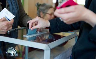 Clichy sous Bois le 22 avril 2012. Ambiance bureaux de vote du premier tour de l'election presidentielle 2012.  Bulletins de vote. Urne.