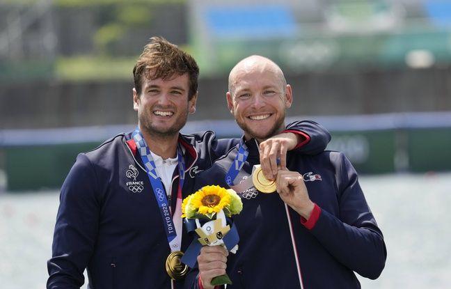 Les rameurs français Hugo Boucheron et Mathieu Androdias, champions olympiques d'aviron en deux de couple à Tokyo, le 27 juillet 2021.
