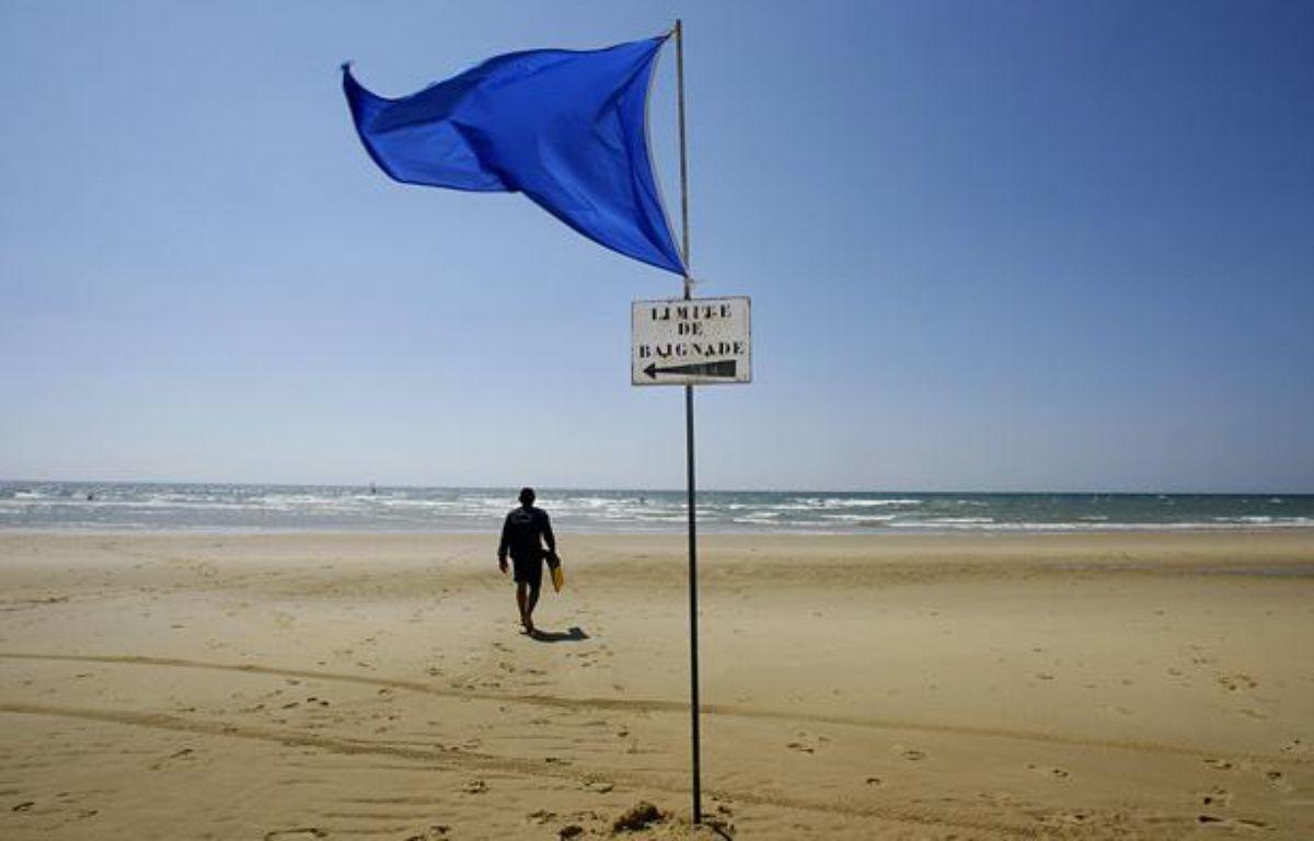 Le pavillon bleu sur la plage de Lacanau, en 2006. – AFP PHOTO PATRICK BERNARD