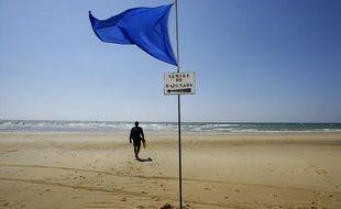Le pavillon bleu sur la plage de Lacanau, en 2006.