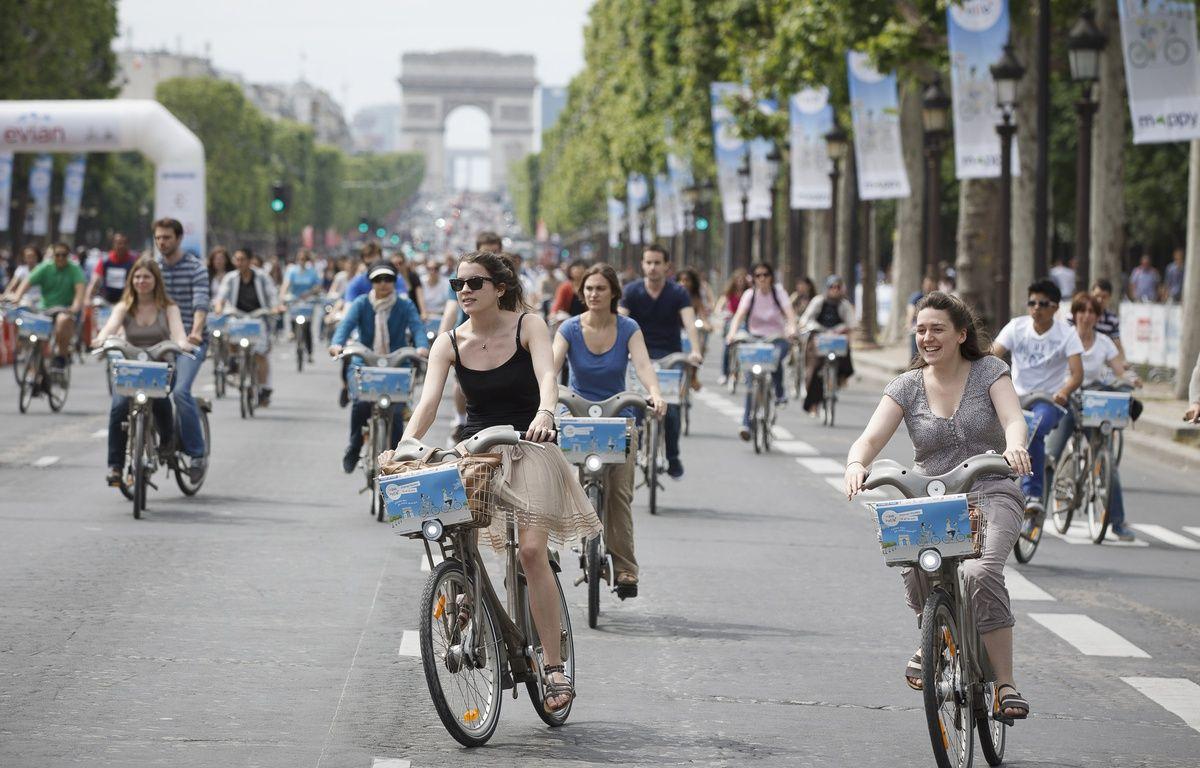 Paris le 16 juin 2013. Avenue des Champs Elysees. Seconde edition des 24h du Velib. Velo. Foule. Arc de triomphe. – A. Gelebart / 20 Minutes