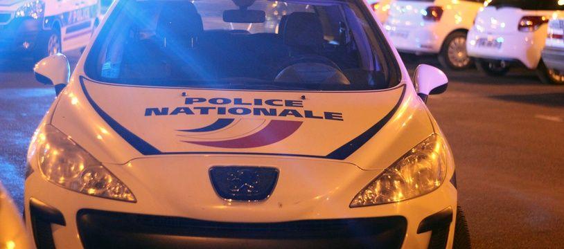 Illustration d'une voiture de police de nuit, ici à Rennes.