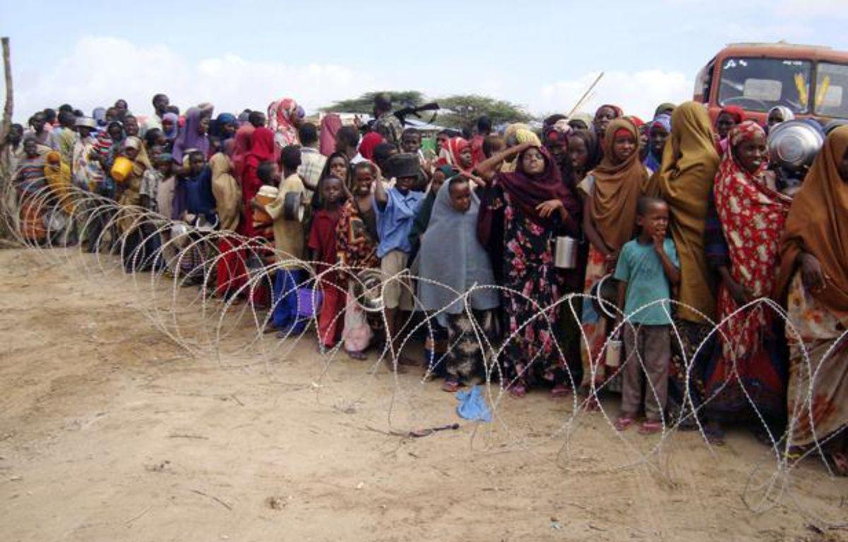 Des habitants du Sud de la Somalie en attente de recevoir des aides dans un camp de Mogadiscio, le 16 juillet 2011. – AP Photo/Farah Abdi Warsameh