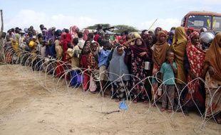Des habitants du Sud de la Somalie en attente de recevoir des aides dans un camp de Mogadiscio, le 16 juillet 2011.