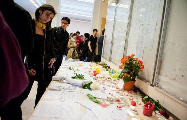Les élèves de Sciences Po à Paris se recueillent, après l'annonce du décès de leur directeur, mercredi 4 avril