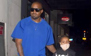 Le rappeur Kanye West et sa fille aînée, North, dans les rues de Londres