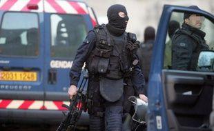 Un forcené de 44 ans, retranché chez lui avec six armes de chasse depuis vendredi soir à Bouchy-Saint-Genest (Marne), a été retrouvé mort sur son lit par les forces de l'ordre, a-t-on appris samedi auprès des gendarmes.