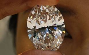 Un diamant blanc de 118,28 carats exposé par Sotheby's à Hong Kong en septembre 2013.