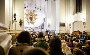Un prêtre polonais soupçonné de délits contre des mineurs en République dominicaine et en Pologne a été mis en examen mardi par le parquet régional de Varsovie pour répondre de quatre chefs d'accusation.