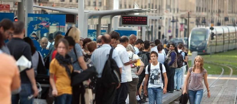 Aux heures de pointes, les quais de tram sontbondés à Bordeaux.