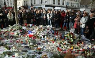 Recueillement devant le Bataclan, trois jours après l'attaque terroriste, le 16 novembre 2015.