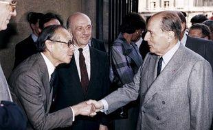 Dans cette photo, prise le 29 mars 1989, le président français François Mitterrand serre la main de l'architecte américain américain Ieoh Ming Pei, sous la direction de Michel Laclotte, directeur du musée du Louvre, lors de l'inauguration de la pyramide du Louvre à Paris.