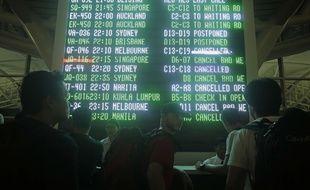 Des passagers constatent l'annulation de leur vol à Bali, le 28 juin 2018.