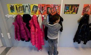 Un enfant dans une école élémentaire. (Illustration)