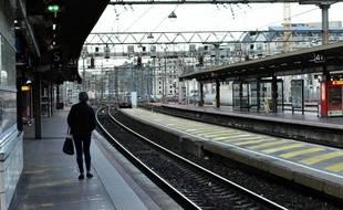 Femme a la Gare SNCF Lyon Part Dieu. Greve reforme des retraites. Dimanche 22 decembre 2019.