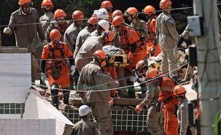 Un nouveau bilan des effondrements fait état de 22 morts, à Rio au Brésil.