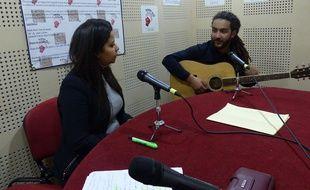 Dans le studio de la web radio RAJ, Ouarda, l'animatrice, reçoit le musicien Abdou L'Gnawi, le 5 décembre 2017 à Alger.